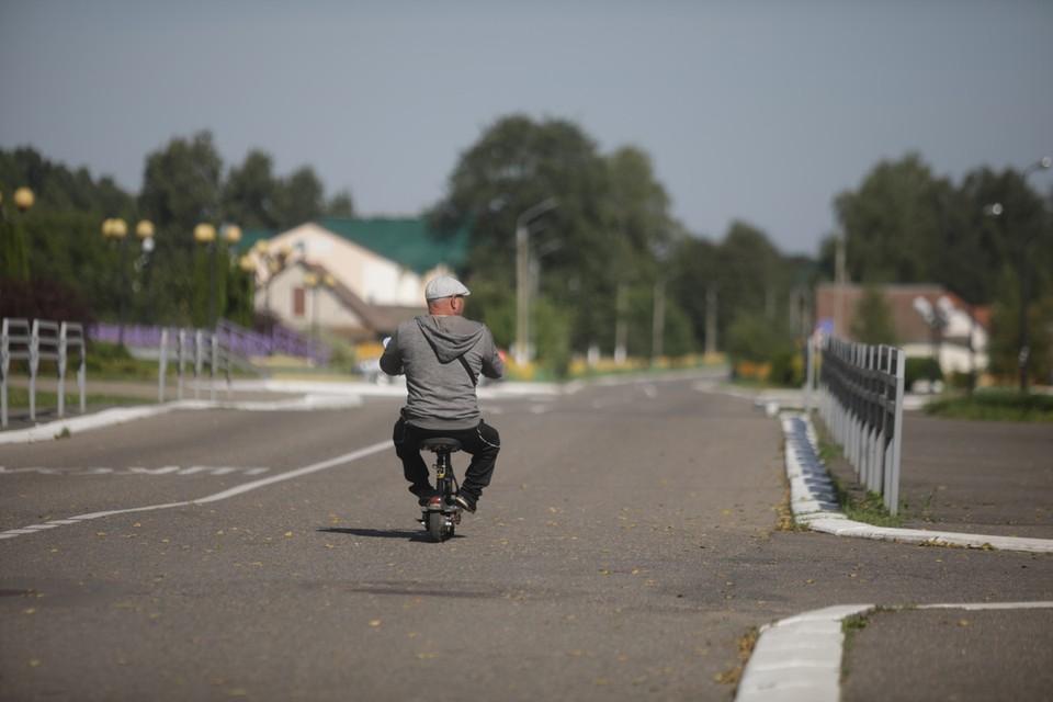 За окнами машины происходило что-то странное, парадоксальное – чем дальше мы отъезжали от Минска, тем … лучше становились дороги и наряднее, пасторальнее пейзаж.