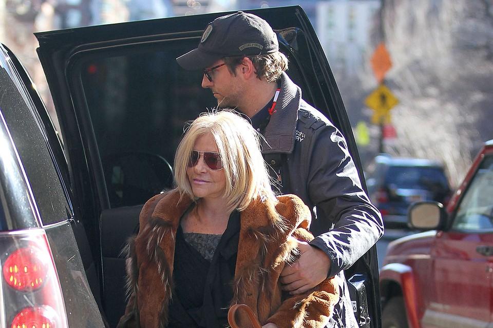 По неофициальным данным, причиной расставания актера с моделью Ириной Шейк, стали очень близкие отношения Брэдли с матерью