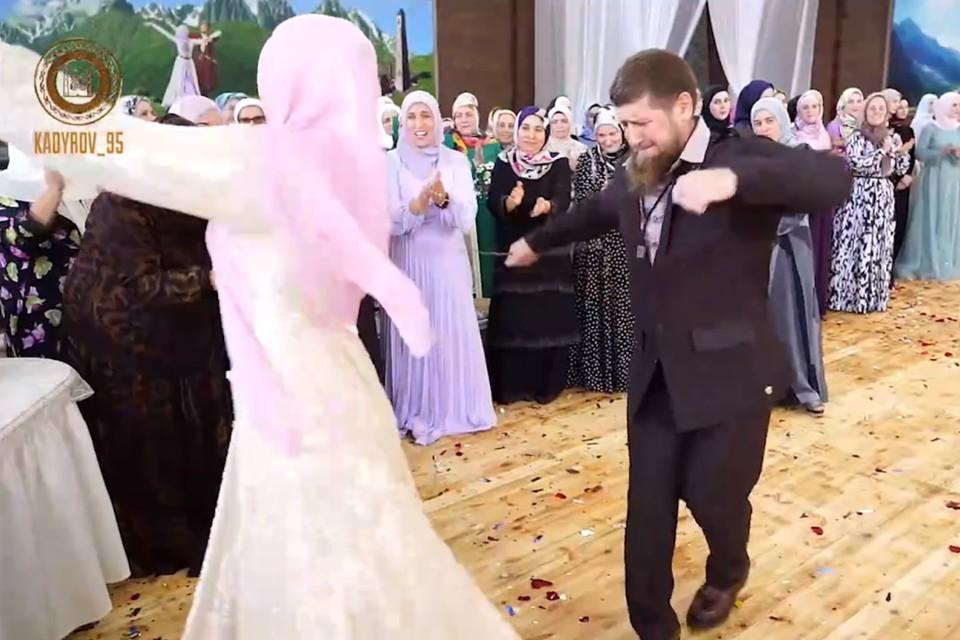 Рамзан Кадыров танцует лезгинку с дочерью. Фото: кадр видео