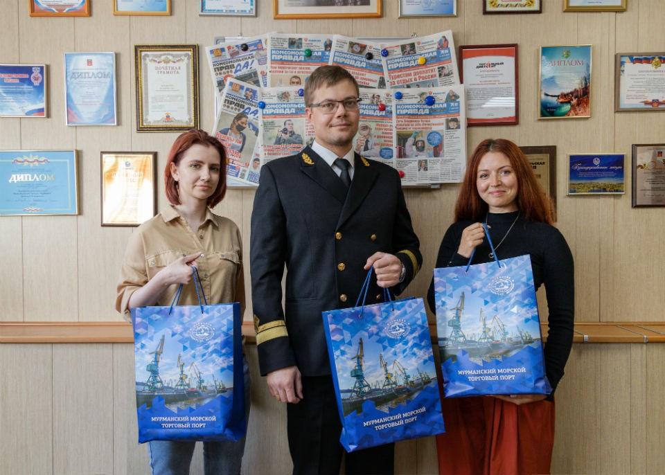Подарки от лица торгового порта редакции «КП» передал коммерческий директор АО «ММТП» Андрей Доценко.