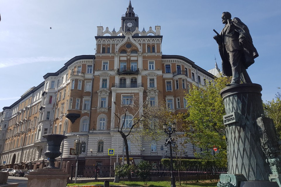 Авторы рассказали, как создавали скульптуру и постамент в виде башни
