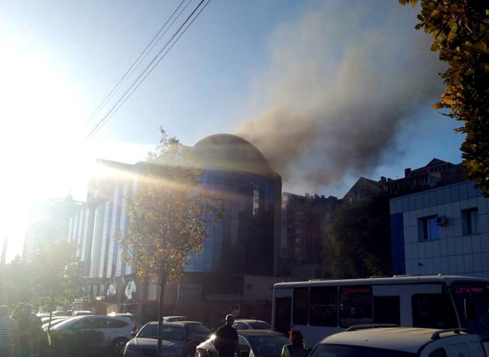 Из под крыши вылит черный дым. Фото: КП-Ростов