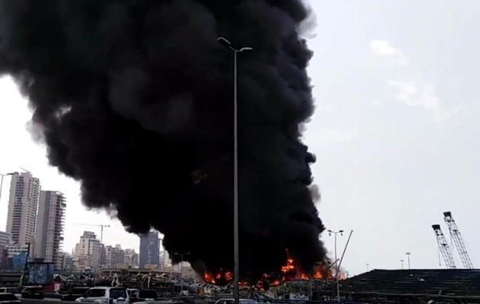 В порту Бейрута загорелись склады с покрышками. Фото: кадр из видео очевидцев