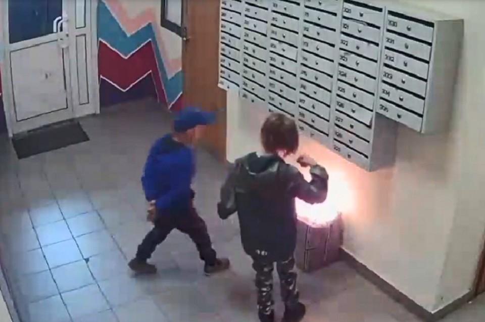 """Дети пытались потушить пламя и дули на огонь. Фото: скриншот видео УК """"Академический"""""""