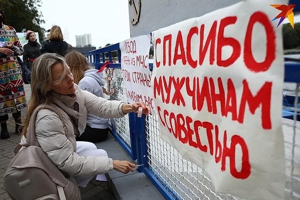 8 августа к спасательной станции пришли девушки с венками и плакатами.