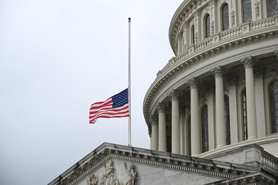 В годовщину самого страшного теракта в истории США флаг над Капитолием приспустили.