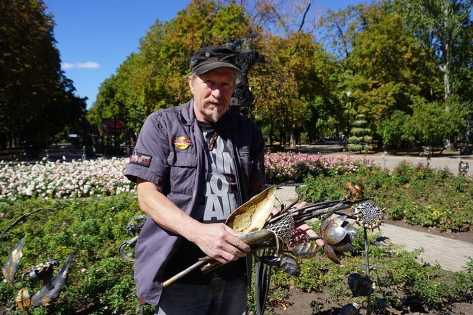 Основатель Парка кованых фигур со срезанными ржавыми цветами. Их будут восстанавливать в кузне.