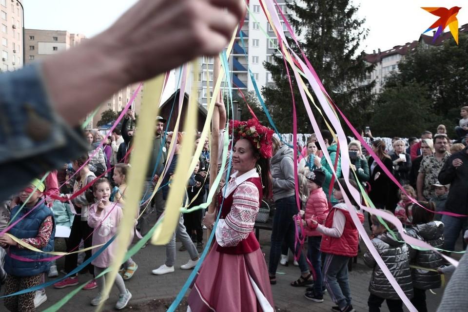 На детской площадке между домами на Червякова и Сморговском тракте состоялась ярмарка.
