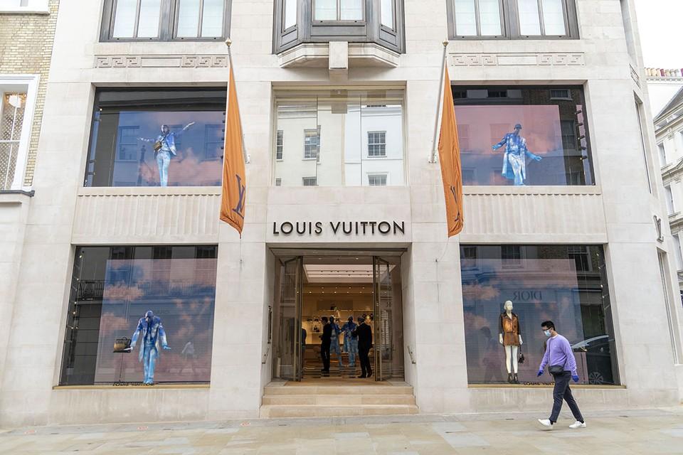 Модный Дом Louis Vuitton предлагает разориться на $961 и приобрести роскошное средство индивидуальной защиты от коронавируса с фирменным принтом LV.