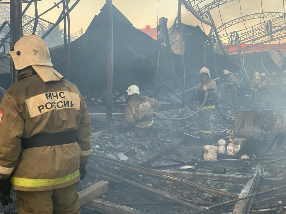 На месте работают десятки спасателей. Огонь уничтожил десятки магазинов. Фото: ГУ МЧС России про РО.