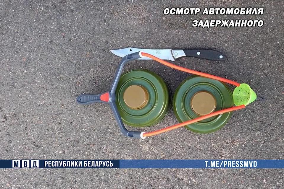 Помимо петард, шашек, балаклав, силовики обнаружили фильтры от противогазов, нож и рогатку. Скрин видео: МВД Беларуси