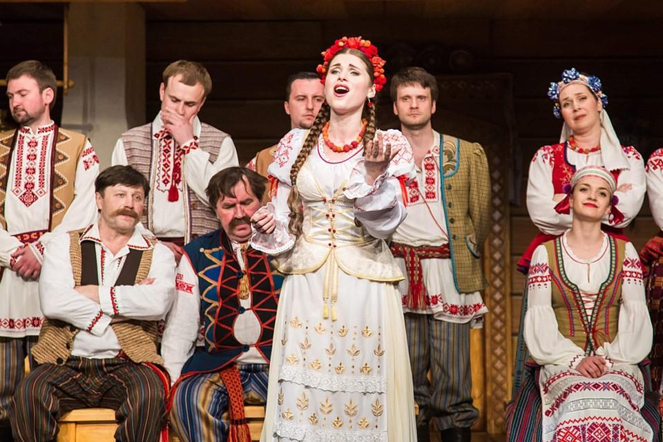 «Купаловский всегда будет Купаловским, неважно - на сцене или без нее». Актеры - о 100-летии театра.
