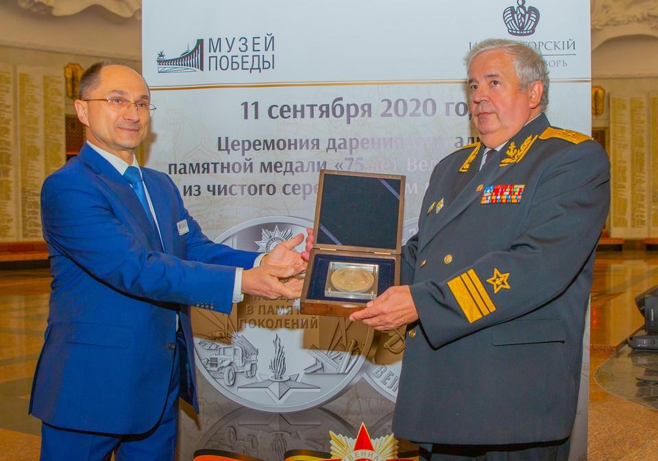 «Императорский монетный двор» передал Музею Победы килограммовую медаль «75 лет Великой Победы» из серебра
