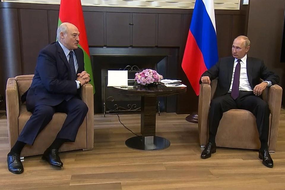 Лукашенко сказал, что сам попросил российскую сторону, чтобы Беларусь не возвращала миллиардный долг в этом году, и согласился перенаправить грузопоток с Прибалтики на Санкт-Петербург. Фото: пресс-служба президента РФ | ТАСС.