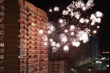 Жизнь ничему не учит: в Краснодаре рядом с жилым домом, где сгорел мансардный этаж, устроили салют