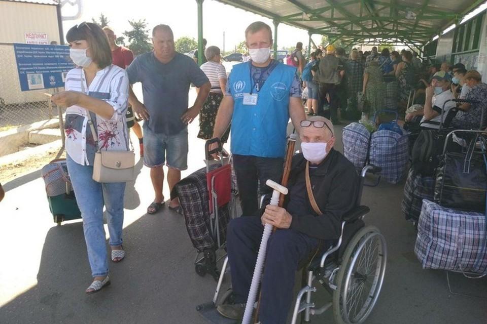 Большинство «переселенцев из ЛНР» ездит на Украину за выплатами и покупками. Фото: ГМ «Пролиска»