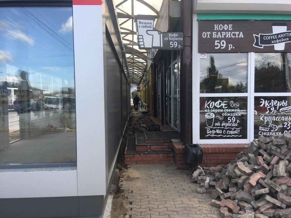 В кофейню можно попасть только по узкому тоннелю между остановками.