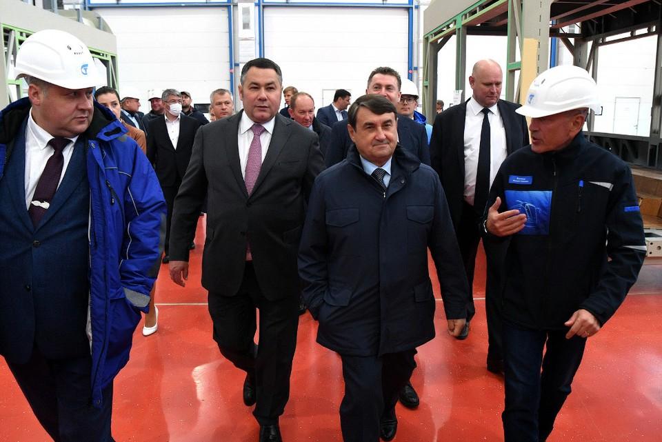 Игорь Руденя и Игорь Левитин прошлись по цехам тверского завода российского производителя городского электротранспорта. Фото: ПТО
