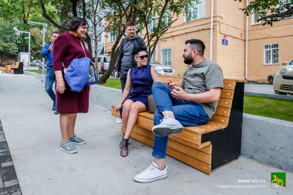 Общественные наблюдатели протестировали новые лавочки. Фото: Евгений Кулешов