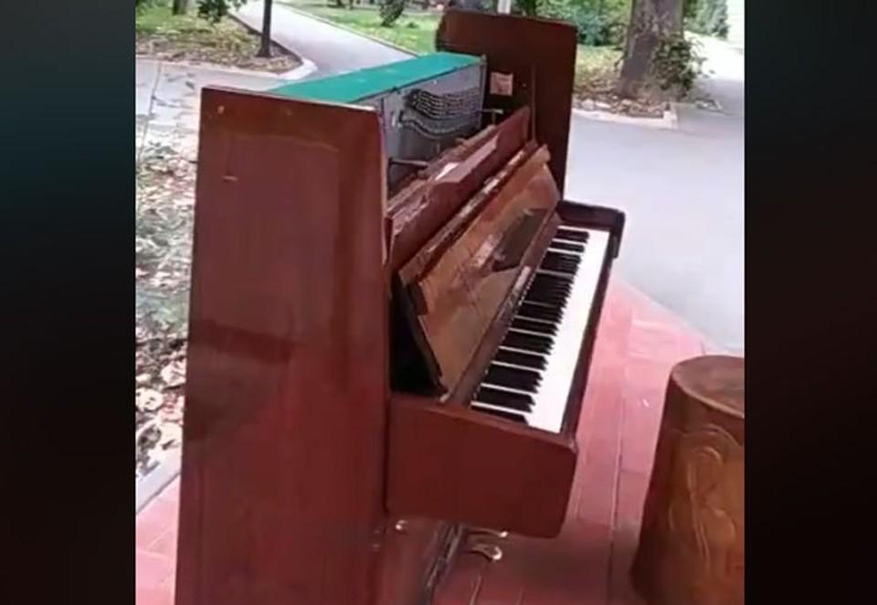 Сквер «Театральный» остался без пианино. Музыкальный инструмент сломал пьяный вандал.