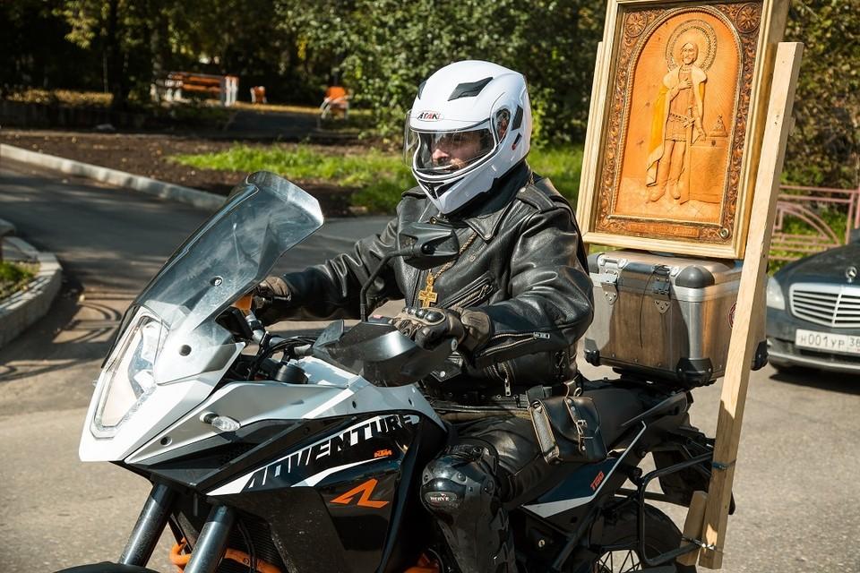 Крестный ход на мотоциклах: икона и мощи святого Александра Невского, хоругви, во главе колонны священник. Фото: Ксения ОСАДЧАЯ