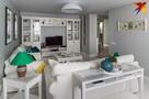 Ремонт для молодой семьи в 4-комнатной квартире в Минске: белая мебель, витраж в зале и люстра в ванной
