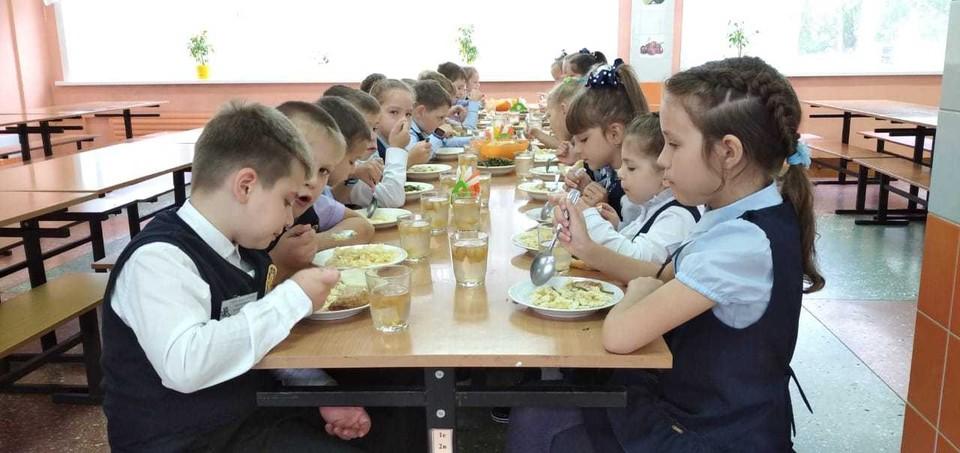 Судя по отзывам, многое из предложенного меню дети едят с аппетитом. Фото: пресс-служба правительства Амурской области