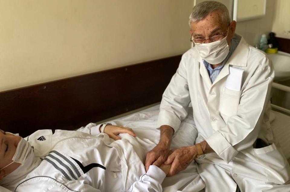 Руки – словно рентген: 81-летний врач из Ростовской области определяет рак на ощупь