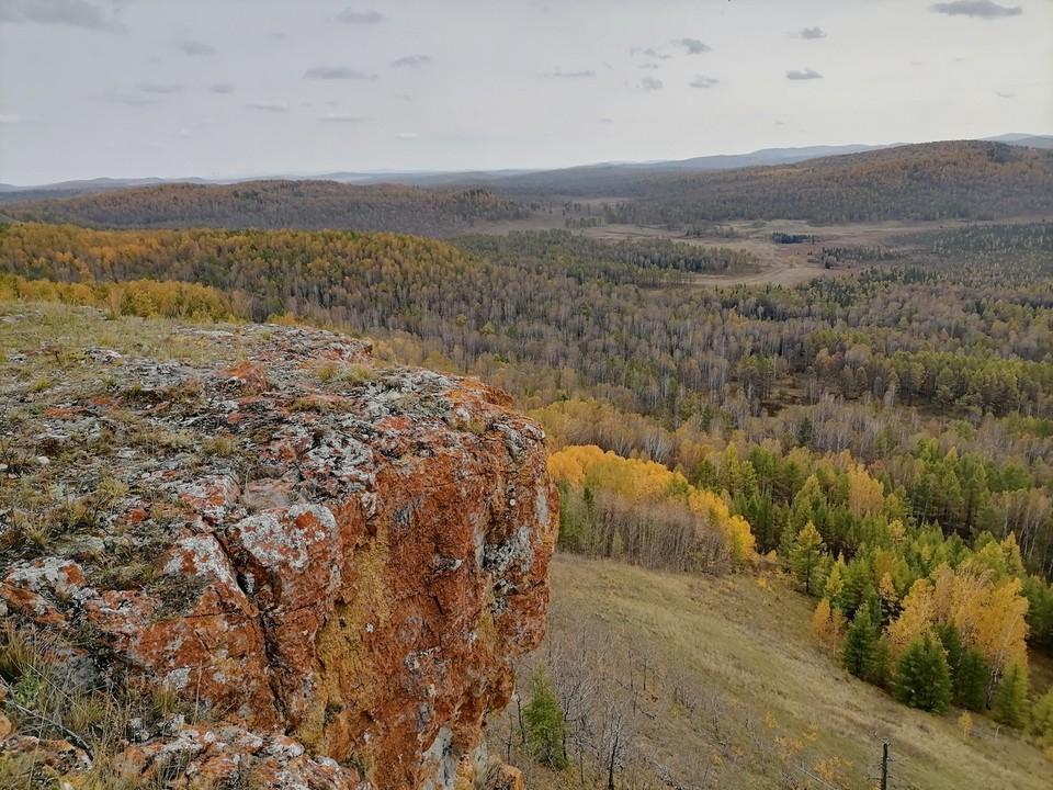 Туристка сорвалась со скалы в Красноярском крае. Фото: паблик Я живу в Шарыпово.