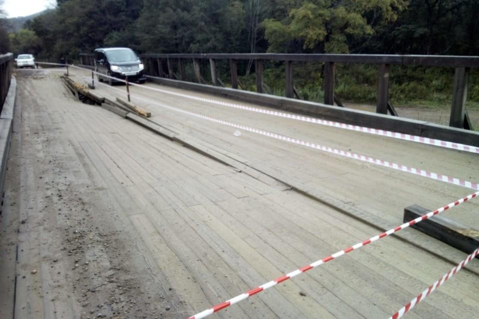 """Владельцы лесовоза уже пообещали восстановить мост за свой счет. Фото: """"Примавтодор"""""""
