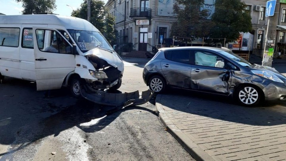 Авария произошла на перекрестке улиц Василия Александри и Александру чел Бун.