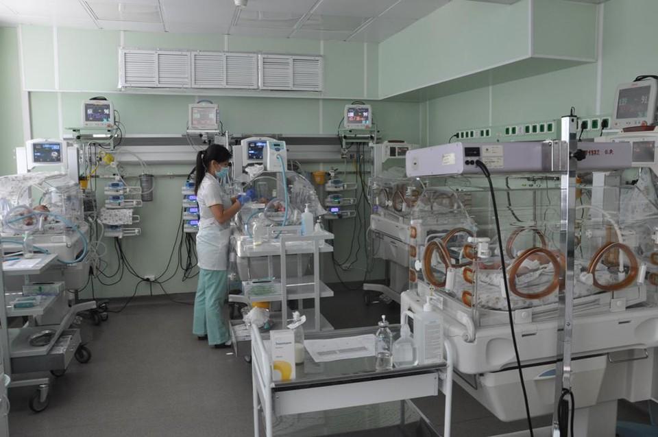 Сейчас в отделении реанимации медики выхаживают 12 новорожденных.