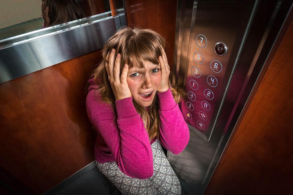 В лифте и так страшно, а тут еще и COVID-19. Кстати, одиночество в кабине не гарантирует безопасность.