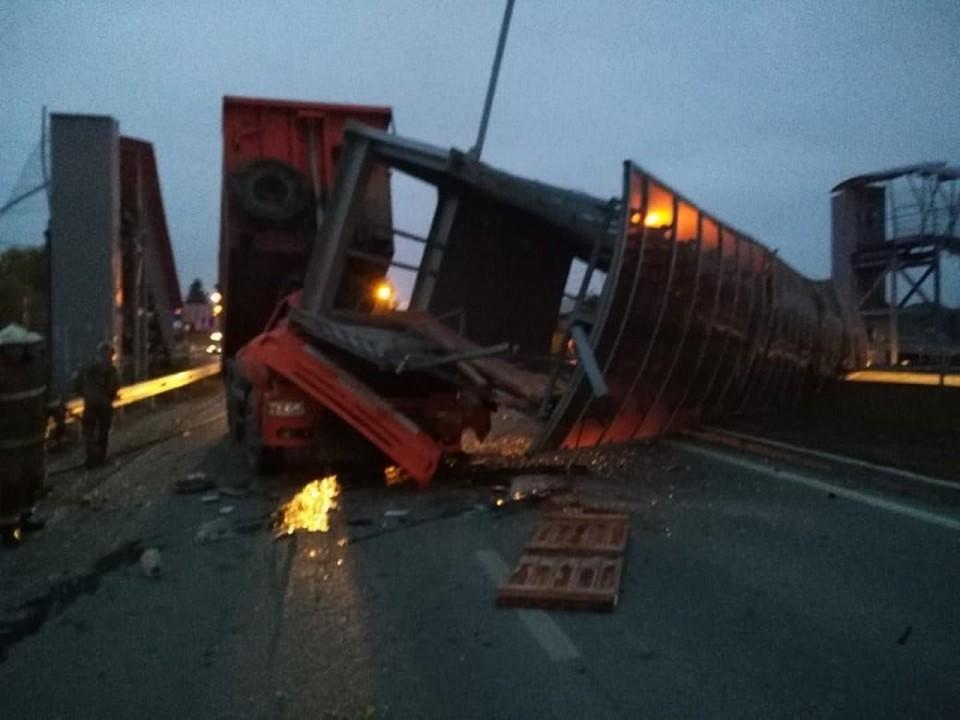 Водитель грузовика погиб. Фото: администрация Екатеринбурга