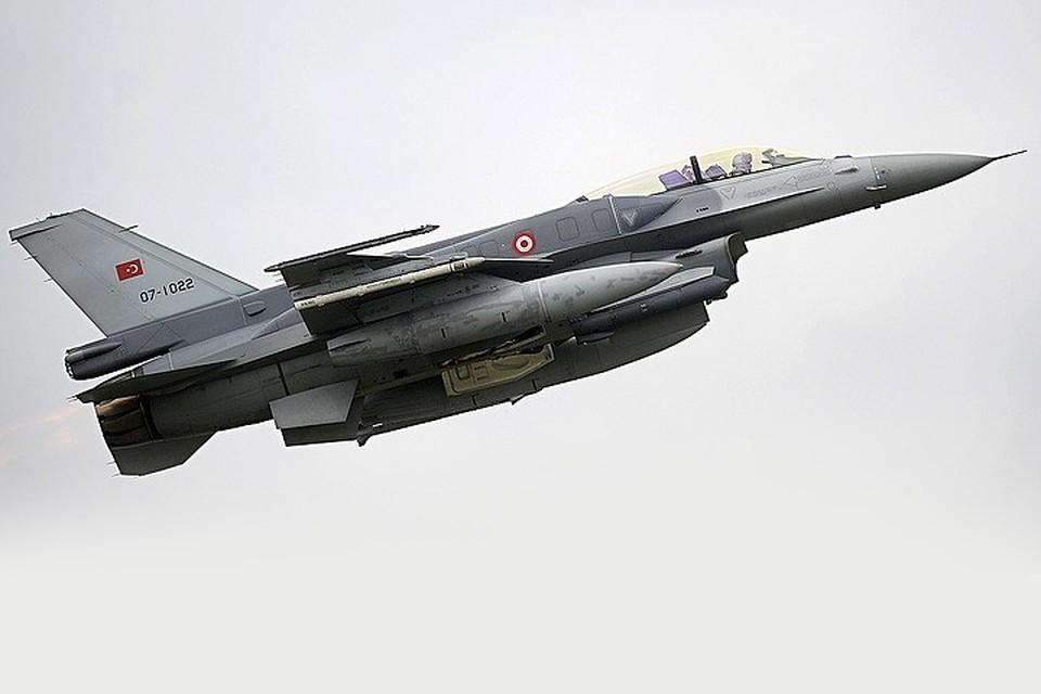 Истребитель F-16 турецких ВВС в небе. Фото: Ingo Wagner, DPA/TASS