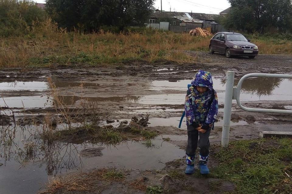 Без резиновых сапог в дождливую погоду в школу лучше не ходить. Фото: читатель КП-Челябинск