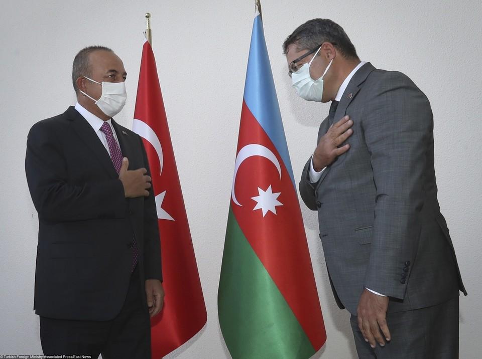 Министр иностранных дел Турции Мевлют Чавушоглу (слева) и посол Азербайджана в Турции.