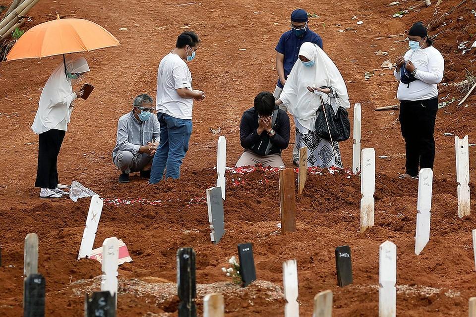 Похороны жертвы коронавируса в Джакарте, Индонезия.