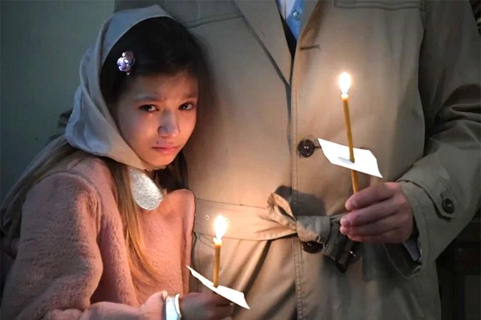 Внучка Владимира Конкина Алиса на похоронах мамы.