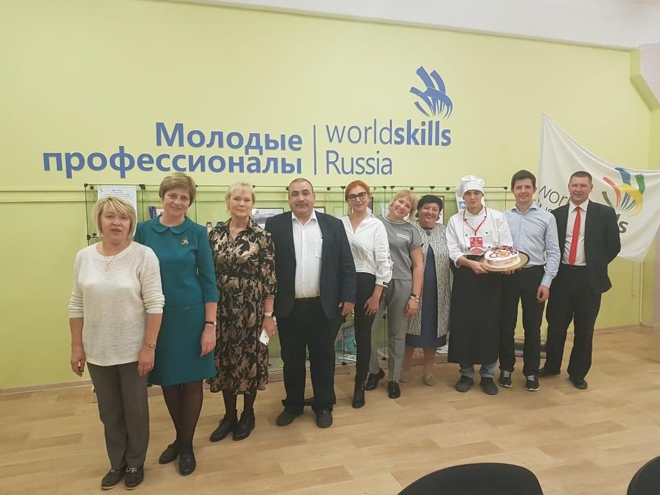 Торт достался жителям Златоуста. Фото: Максим Пекарский / Vk.com