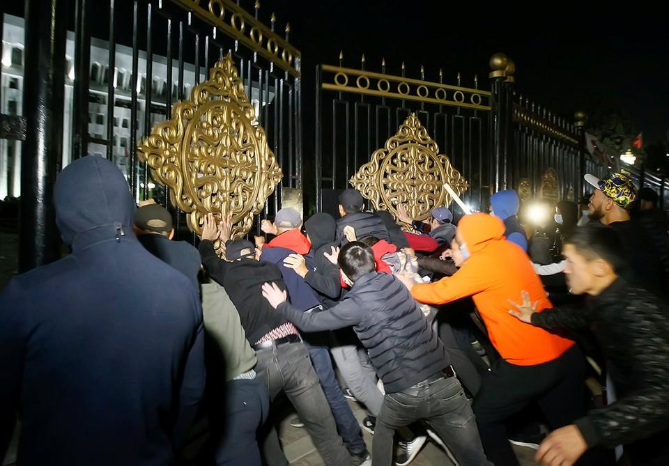 """В Бишкеке вновь запахло революцией - оппозиционеры """"раскачивают"""" Бишкек."""