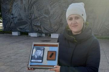 «Он не сбежал, не испугался, а до последней секунды защищал»: тюменке передали смертный медальон красноармейца Великой Отечественной войны Николая Тюленёва