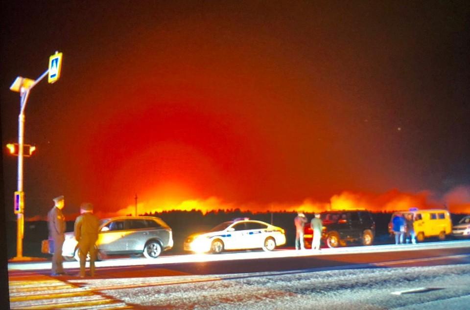 Взрывы снарядов и распространение огня в результате пожара в рязанской воинской части продолжается.