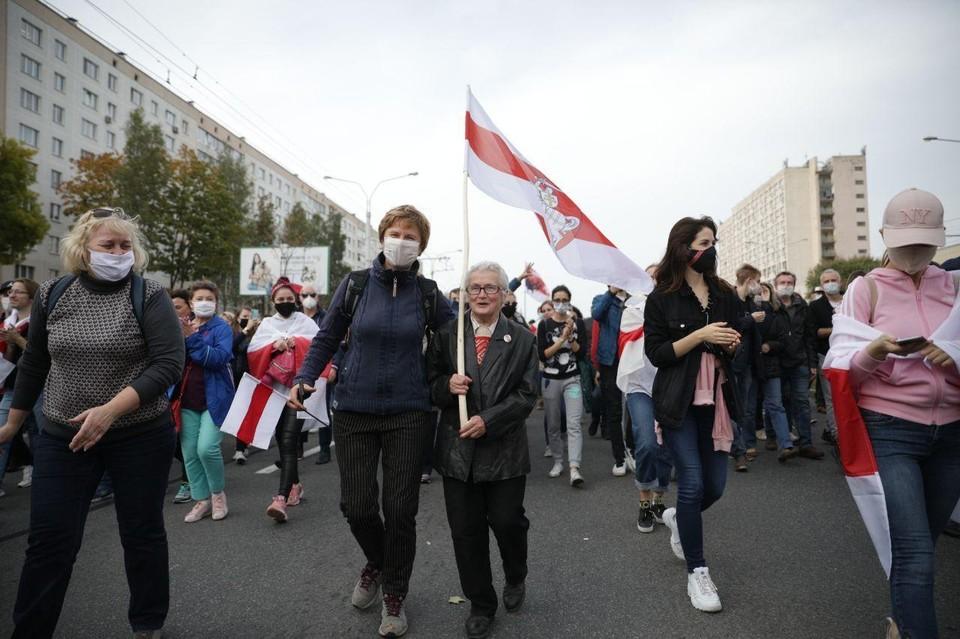 Участники воскресного шествия оппозиции в Минске.