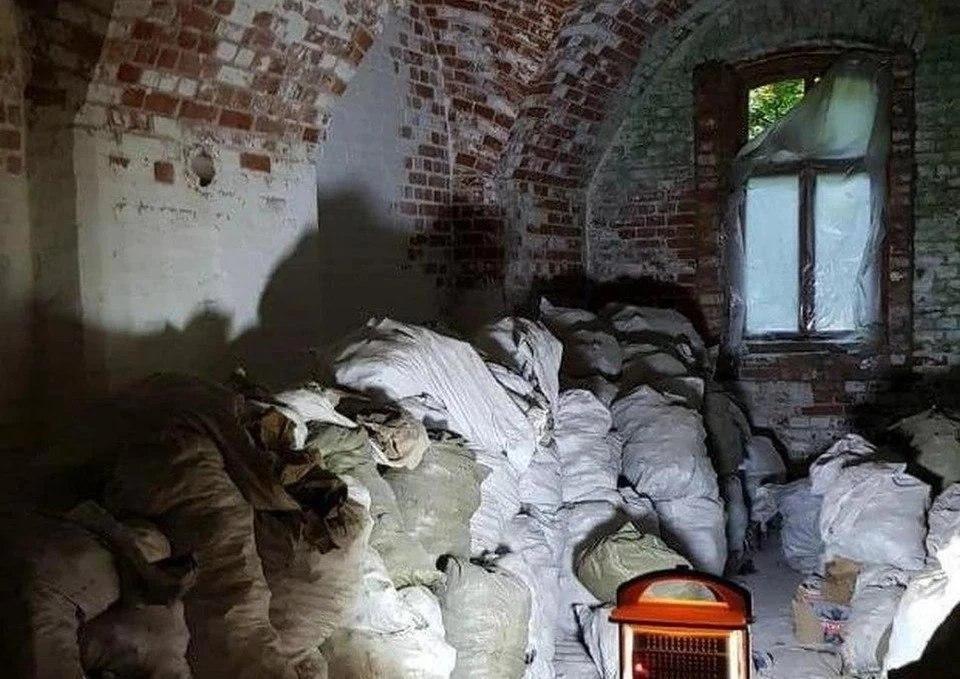 Вот в таком виде мешки с человеческими останками хранятся в помещениях форта № 1.
