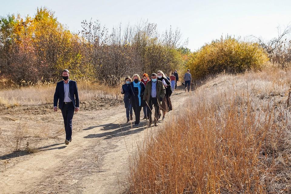 Члены думского Экосовета вместе с жителями поймы осмотрели участки, где высадят новый лес. Фото Волгоградской облдумы.