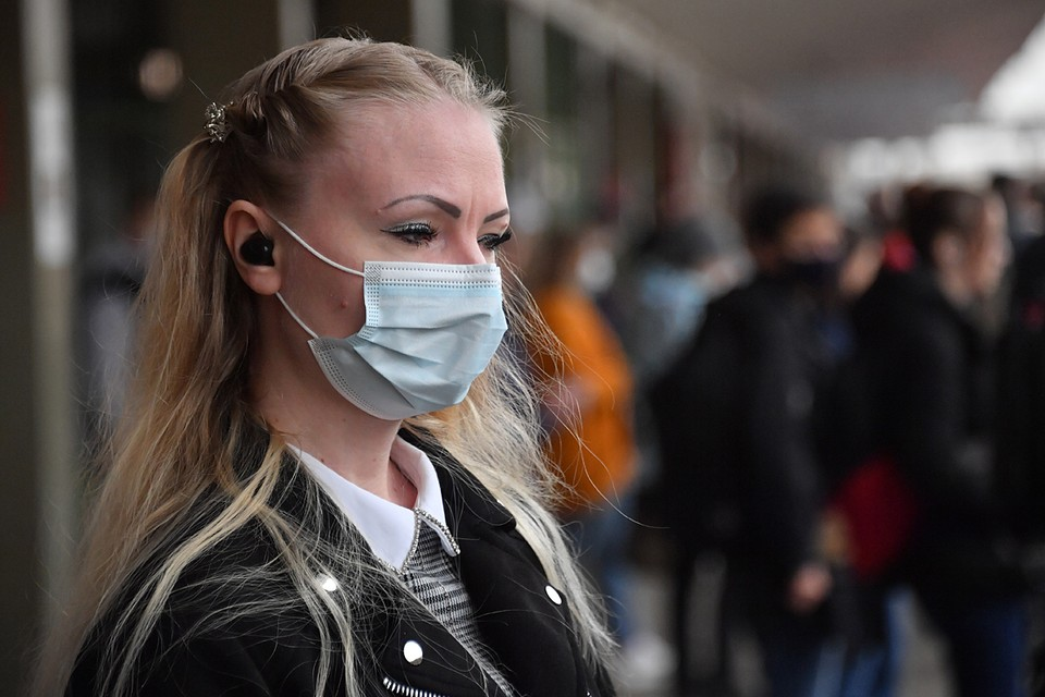 Если сидеть дома нет возможности, то обязательно стоит носить маску