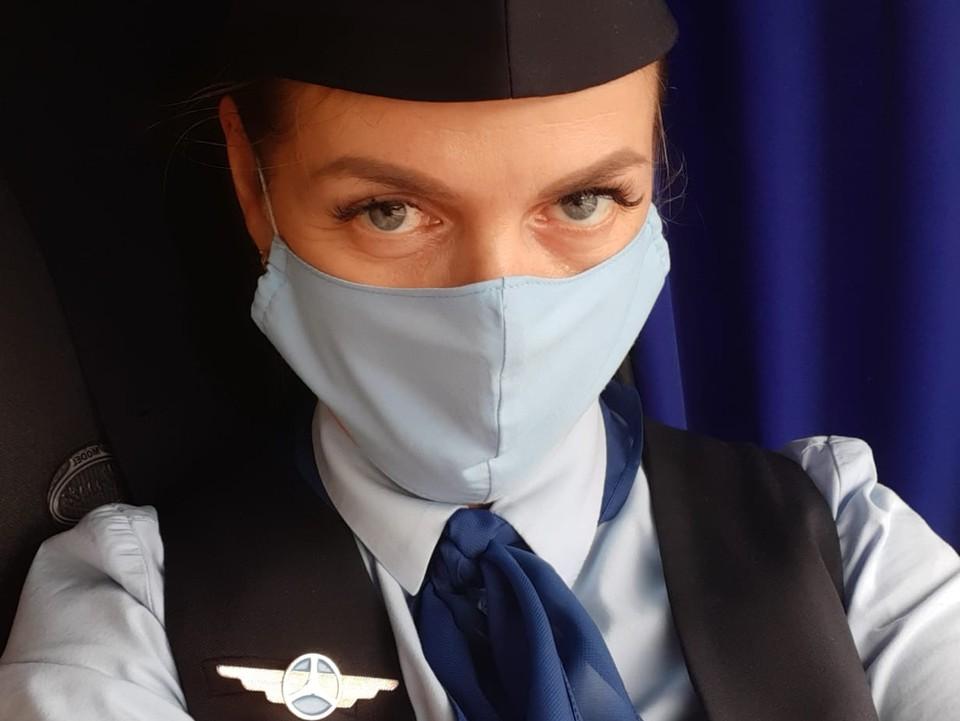 Омский кондуктор Наталья Перешивка выглядит, как настоящая стюардесса.
