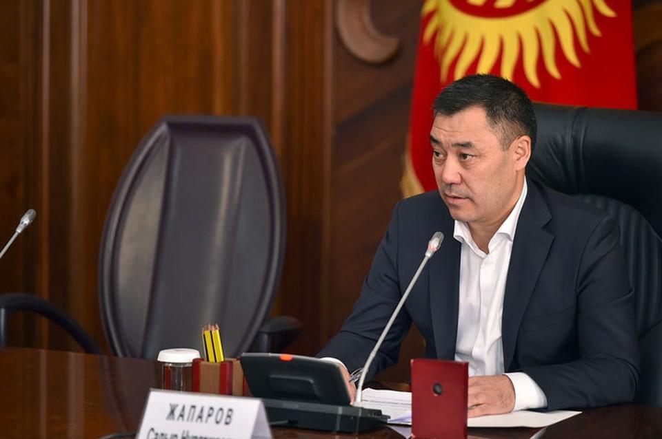 Садыр Жапаров заявил о передаче ему полномочий президента.