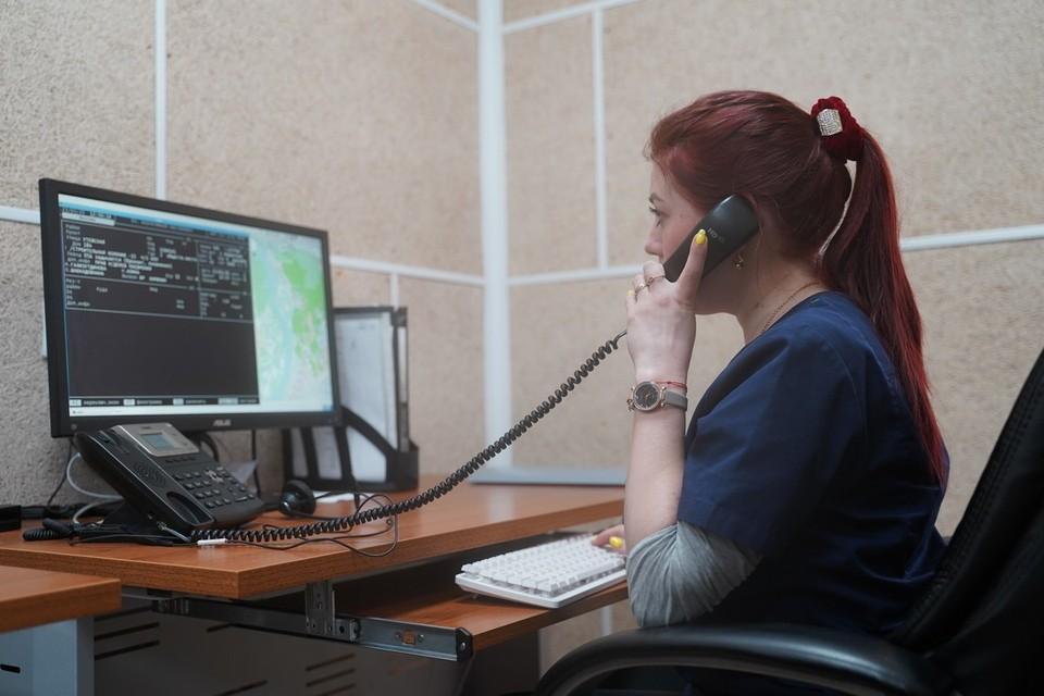 Звонить специалисты советуют при повышенной температуре, боле в горле, кашле, общей слабости
